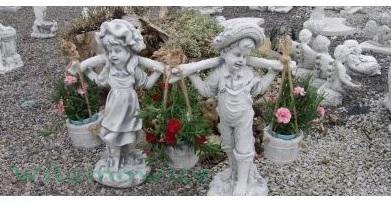 Figura ogrodowa - Chłopiec i dziewczyna nosiwoda